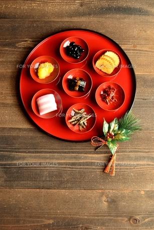 小皿に盛り合わせたおせち料理の写真素材 [FYI00920765]