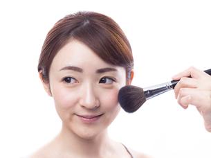 メイクされる日本人女性の写真素材 [FYI00920783]