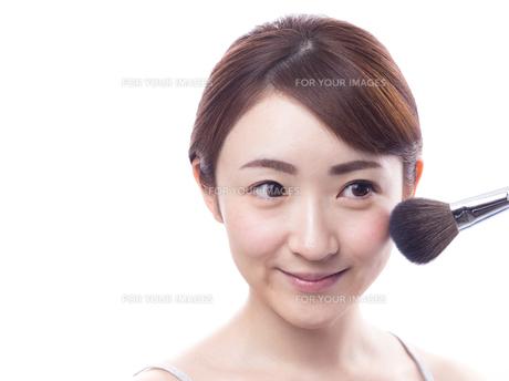 メイクされる日本人女性の写真素材 [FYI00920785]