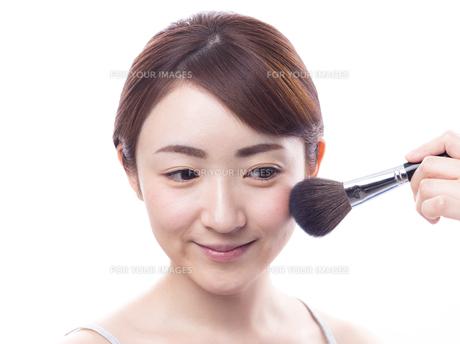 メイクされる日本人女性の写真素材 [FYI00920786]