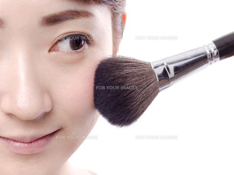 メイクされる日本人女性の写真素材 [FYI00920787]