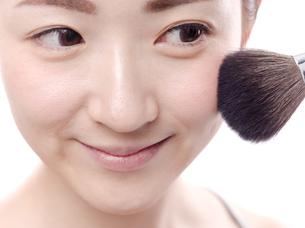 メイクされる日本人女性の写真素材 [FYI00920788]