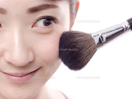 メイクされる日本人女性の写真素材 [FYI00920789]