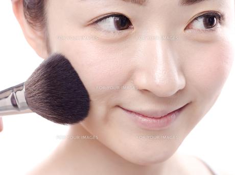 メイクされる日本人女性の写真素材 [FYI00920790]