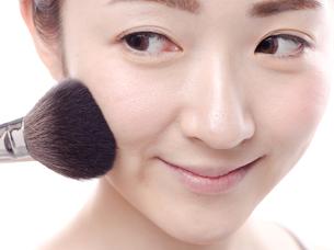 メイクされる日本人女性の写真素材 [FYI00920791]
