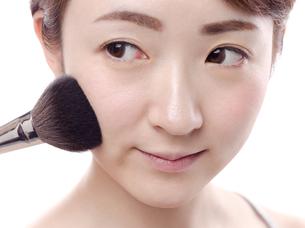 メイクされる日本人女性の写真素材 [FYI00920792]