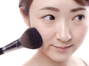 メイクされる日本人女性の写真素材 [FYI00920793]
