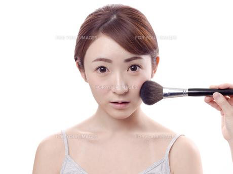 メイクされる日本人女性の写真素材 [FYI00920796]