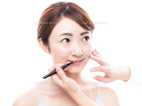 メイクされる日本人女性の写真素材 [FYI00920803]