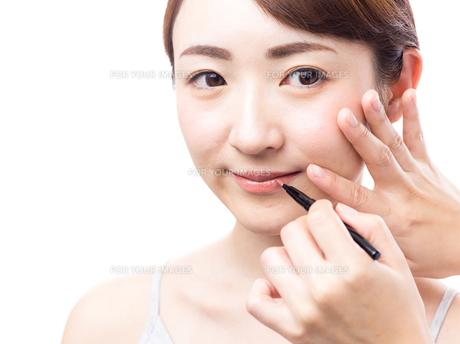 メイクされる日本人女性の写真素材 [FYI00920806]