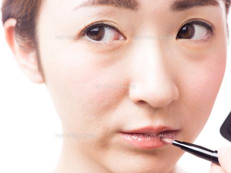 メイクされる日本人女性の写真素材 [FYI00920811]