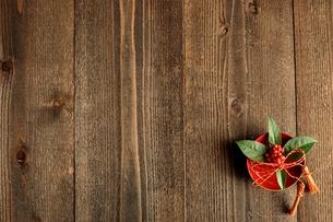 杯にいけた千両 木材背景の写真素材 [FYI00921017]