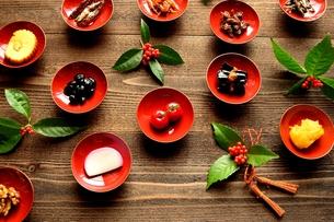 杯に盛ったおせち料理と千両の写真素材 [FYI00921036]