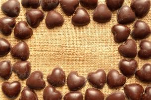 ハート型のチョコレートのフレーム 麻布背景の写真素材 [FYI00921085]