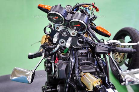 バイクの車体整備の写真素材 [FYI00921197]