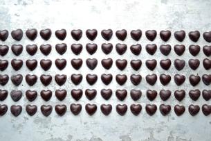 整列したたくさんのハート型のチョコレート の写真素材 [FYI00921224]