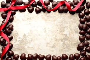 赤いリボンとハート型のチョコレート フレームの写真素材 [FYI00921231]