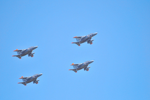T-4練習機の編隊飛行の写真素材 [FYI00921242]