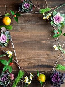 正月の花 黒木材背景の写真素材 [FYI00921251]