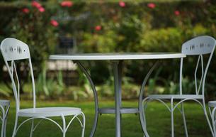 緑の晴れた公園のテーブルと椅子の風景の写真素材 [FYI00921259]
