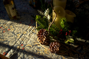 Candles and Christmas ornaments on tableの写真素材 [FYI00921308]