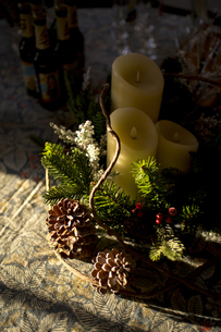 Candles and Christmas ornaments on tableの写真素材 [FYI00921309]