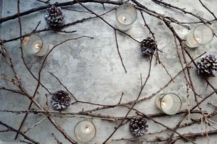枯枝とまつぼっくりとキャンドルライト フレームの写真素材 [FYI00921417]