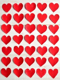 整列された赤いハートの切り絵 白板背景の写真素材 [FYI00921518]