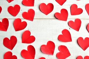 赤いハートの切り絵のフレーム 白板背景の写真素材 [FYI00921521]