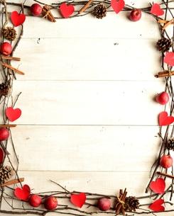 赤いハートの切り絵と林檎とシナモンスティックのフレームの写真素材 [FYI00921539]