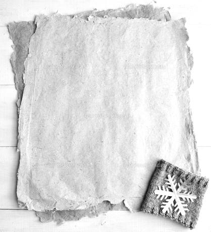 手すき紙と銀色の雪の結晶の切り絵とニット生地 白黒の写真素材 [FYI00921549]