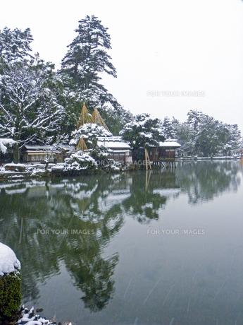 雪の兼六園 霞ヶ池の写真素材 [FYI00921586]