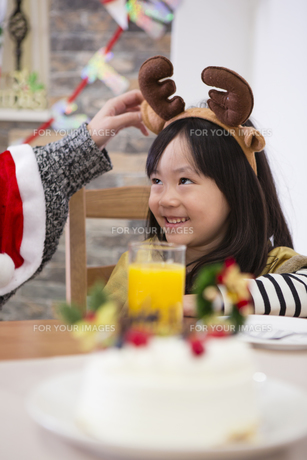 クリスマスケーキと親子の素材 [FYI00921691]