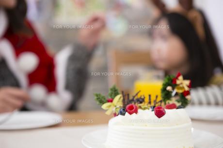 クリスマスケーキと親子の写真素材 [FYI00921695]