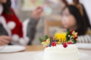 クリスマスケーキと親子の素材 [FYI00921695]