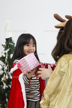 クリスマスを過ごすお母さんと娘の素材 [FYI00921696]