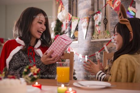 クリスマスプレゼントを渡す母親の写真素材 [FYI00921701]