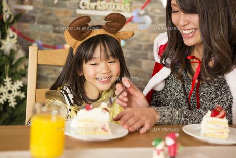 クリスマスケーキと親子の写真素材 [FYI00921702]