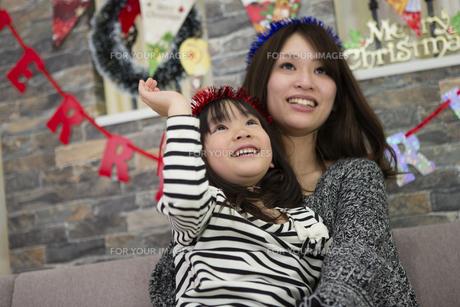 クリスマスを過ごすお母さんと娘の写真素材 [FYI00921703]