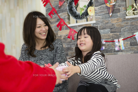 サンタとお母さんと女の子の写真素材 [FYI00921704]