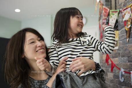 ツリーを飾りつけるお母さんと娘の素材 [FYI00921705]