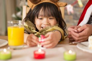 クリスマスのおもちゃと女の子の写真素材 [FYI00921707]