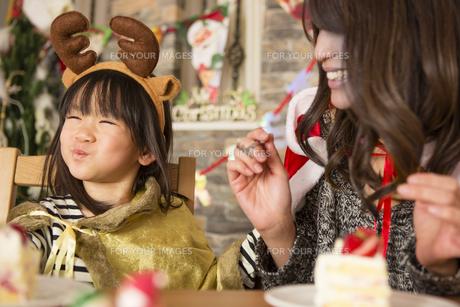 クリスマスケーキと親子の写真素材 [FYI00921708]
