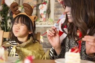 クリスマスケーキと親子の素材 [FYI00921708]