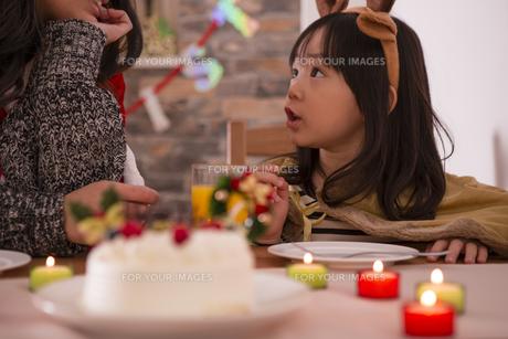 クリスマスケーキと親子の写真素材 [FYI00921710]