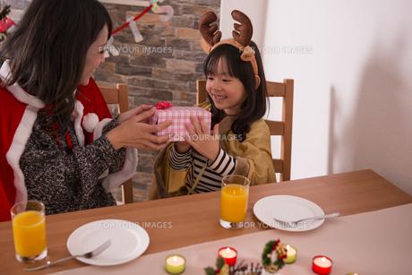 クリスマスプレゼントを渡す母親の写真素材 [FYI00921711]
