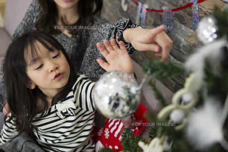 ツリーを飾りつけるお母さんと娘の素材 [FYI00921715]