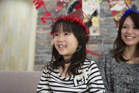 クリスマスを過ごすお母さんと娘の素材 [FYI00921716]