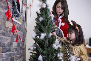 ツリーを飾り付けるお母さんと娘の素材 [FYI00921717]