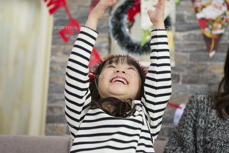 クリスマスを過ごすお母さんと娘の写真素材 [FYI00921719]